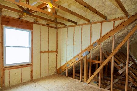 Pokój w nowo wybudowanym domu jest spryskany płynną pianką izolacyjną