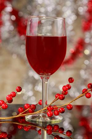 クリスマスはクリスマス ワインの木製テーブル ガラスの属性でホットワイン