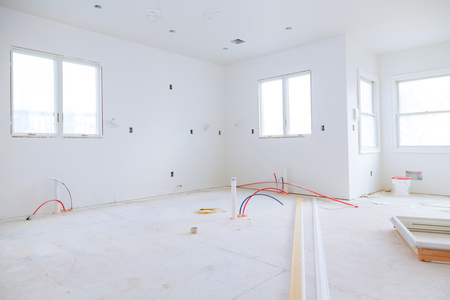 La construction intérieure du projet de logement avec des cloisons sèches installées et rapiécées sans bâtiment est une nouvelle maison pour l'installation