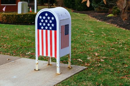 Kantoor aan huis Amerikaanse vlag Metalen brievenbus in de tuin Stockfoto
