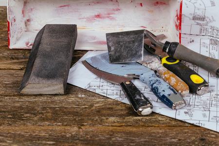Fond en bois et ensemble d'outils de truelle de plâtre et de la spatule sur le concept de rénovation.