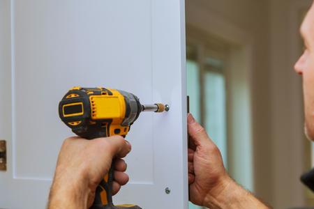 Manusje van allesinstallatie van deurkrukken op keukenkasten die Deur in Keuken bevestigen