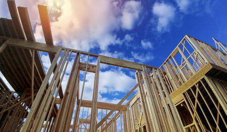 Framed beam construction home framing over blue sky Stockfoto