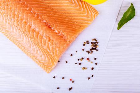 Salmón sobre una plancha de madera. Enfoque selectivo Pescados y mariscos: salmón, con la piel hacia abajo Foto de archivo