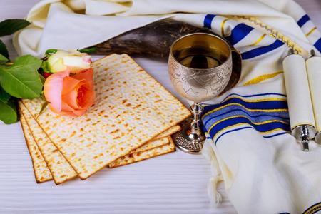 Pesah célébration concept vacances de la Pâque juive Matzoh et vin rouge doux et fleurs de printemps