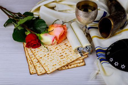 Concept de vacances de la Pâque avec du vin et du matzoh et des fleurs de printemps sur fond