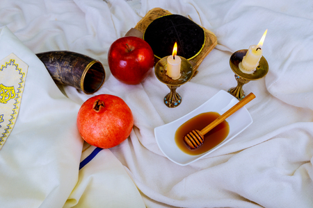 Honey, apple and pomegranate for traditional holiday symbols shofar rosh hashanah jewesh holiday Banque d'images