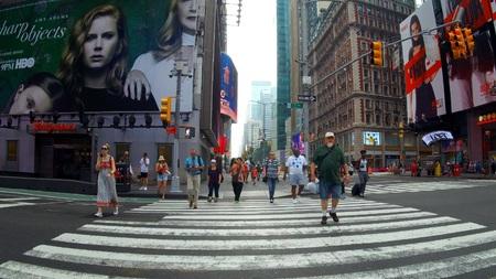 New York, USA - 04. Juli 2018: Straße durch den Times Square Tag New York City
