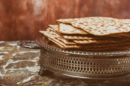Passover background matzoh jewish holiday pesah bread over wooden board . Banque d'images