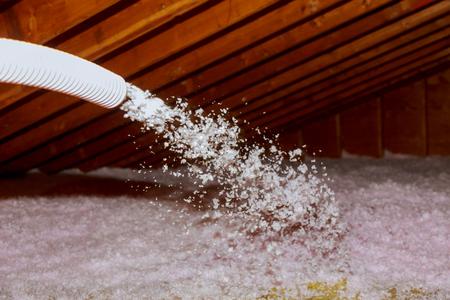 Spraying Blown Fiberglass Insulation voor daktechnici die schuimisolatie spuiten met meercomponentenpistool