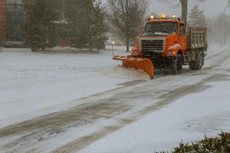 Räumung der Straße von der Straße während des Schneesturms Standard-Bild