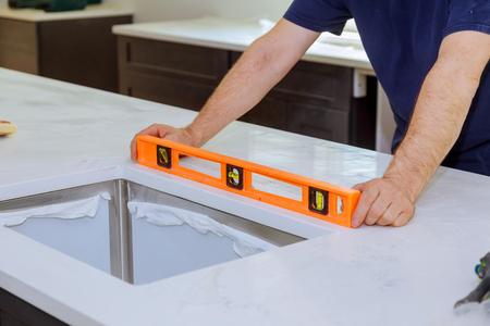 Kasten met granieten aanrechtblad renovatie graniet installatie Stockfoto