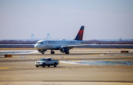 Airplane DELTA at the terminal ready for takeoff JFK international airport during travel Редакционное
