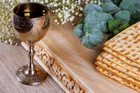 Jewish pesah celebration matzah bread with wine. Passover holiday Banque d'images