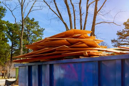 Material de construcción antiguo y usado en el nuevo marco del edificio de una nueva casa en construcción