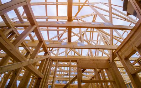 La nouvelle construction d'une maison de construction de poutres a encadré le sol contre un ciel bleu Banque d'images