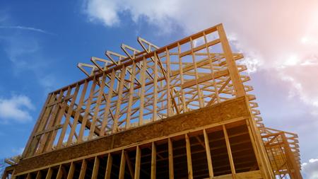 Poutre de charpente de nouvelle maison en construction construction de poutres à la maison
