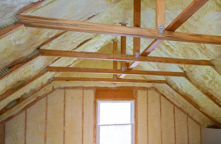 Dachbodenisolierung mit Schaumisolierung Kältebarriere und Isoliermaterial Polyharnstoff Sprühen, Schaumbeschichtung