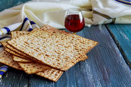 Żydowskie święto Paschy pesah obchody macy chleb z koszernym winem