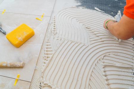 Travaux de réparation de plâtre pose de carreaux, truelle dans une main d'homme
