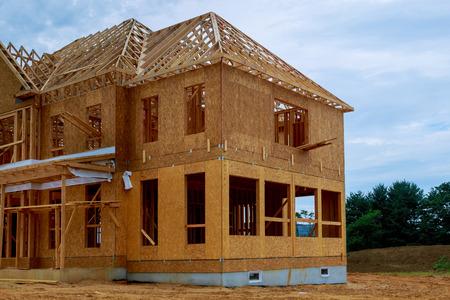 Poutre de charpente de nouvelle maison en construction construction de poutres à la maison Banque d'images