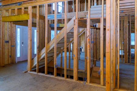 Home Het inlijsten van een onafgewerkt houten gebouw of een huis in aanbouw