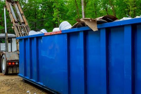 Blu cassonetto, riciclare i rifiuti del contenitore per il riciclaggio dei rifiuti su ecologia e ambiente Messa a fuoco selettiva Archivio Fotografico