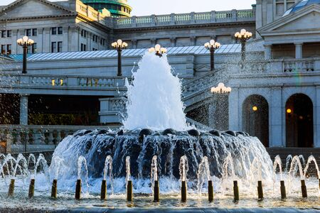 Pennsylvania capital building in Harrisburg. Back side of the capital with the fountain in the foreground. Imagens