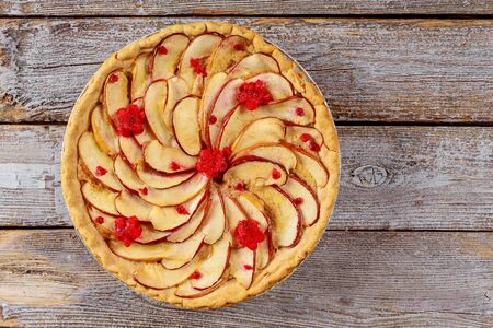 Homemade apple pie with sliced apple on wooden background. Top view Stockfoto