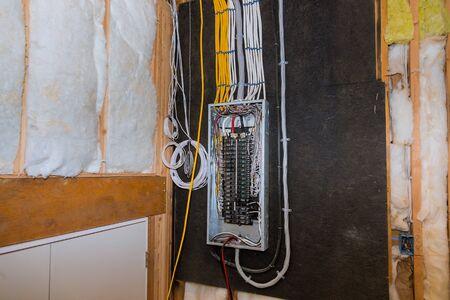Terminales eléctricos cableados en caja de cable de cableado de barra de metal, casa residencial en construcción casa nueva
