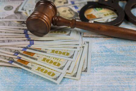 Judges gavel hammer with handcuffs in the dollar bills. Stockfoto