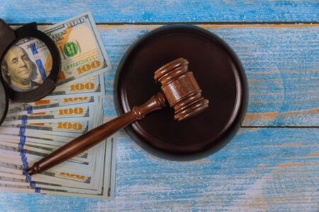 American us dollars of justice judge gavel with police handcuffs Stockfoto - 128425883