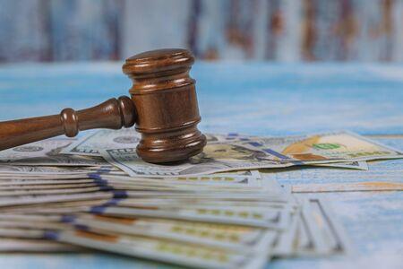 Law Hammer Richter und Dollar auf Holztisch hautnah Korruption, Geld-Finanzkriminalität