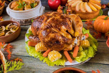 Table de dîner de Thanksgiving avec dinde, tarte aux pommes, citrouille. Banque d'images