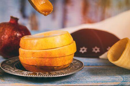 Honey, apple and pomegranate for traditional holiday symbols rosh hashanah jewesh holiday Archivio Fotografico - 129460708