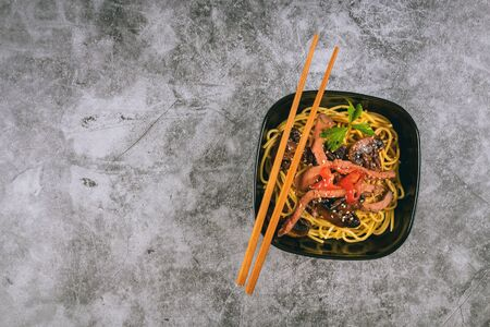 Ready soba noodles with ginger, mushrooms and soy sauce Stockfoto - 130812479