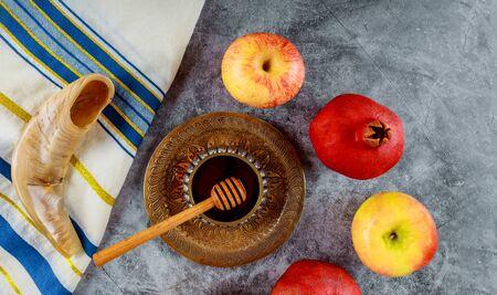 Orthodox Jewish holiday honey on the pomegranate and apples. Jewish new year Rosh HaShana shofar Banco de Imagens