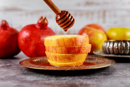 Honey on the pomegranate and apples. Jewish new year Rosh Ha Shana Orthodox Jewish prays Banco de Imagens