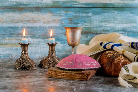 Shabbat challah bread, shabbat wine and candles on the table. 스톡 콘텐츠 - 130814383