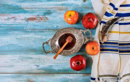Honey, apple and pomegranate for traditional holiday symbols rosh hashanah jewish holiday Banco de Imagens