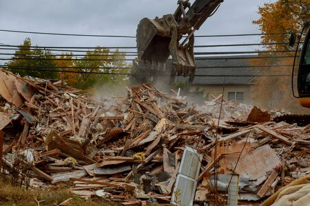 Excavator demolishing for new construction project, of an old house building Фото со стока - 130815237