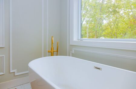 Luxurious with designer private with large soaking tub installing custom in bathroom joint bathtubs and ceramic tile Standard-Bild - 130815258