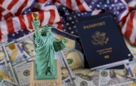United States of America flag with statue of liberty and US Passport citizens US dollar bills banknotes Stockfoto
