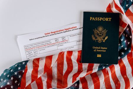 United States passport of American vote registration form for presidential election with flag Banque d'images - 131365695