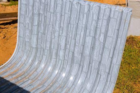 Ventana bien en la construcción del sótano de materiales de construcción de ventanas.