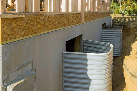 Casa nueva en proceso de construcción de instalación de marco de construcción de palo de sótano de ventana y pozo