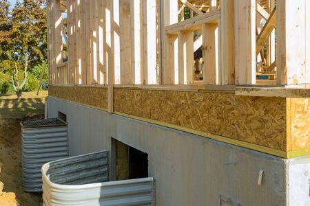 Renovación del sótano de la instalación para el pozo de ventanas de imitación de roca en el sótano