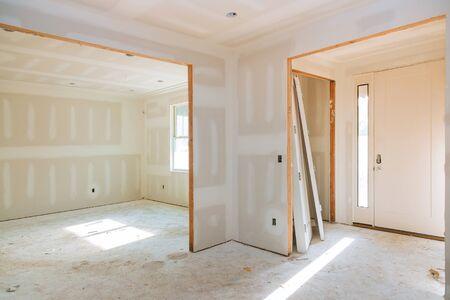 Construcción industria de la construcción construcción de casas nuevas cinta para paneles de yeso interior y detalles de acabado puerta instalada para una nueva casa antes de instalar Foto de archivo