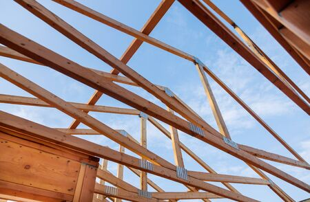 Home new wood frame stick built home under construction a blue sky Zdjęcie Seryjne