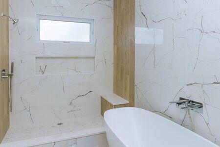 Interior de baño de diseño moderno con ducha abierta en la casa nueva